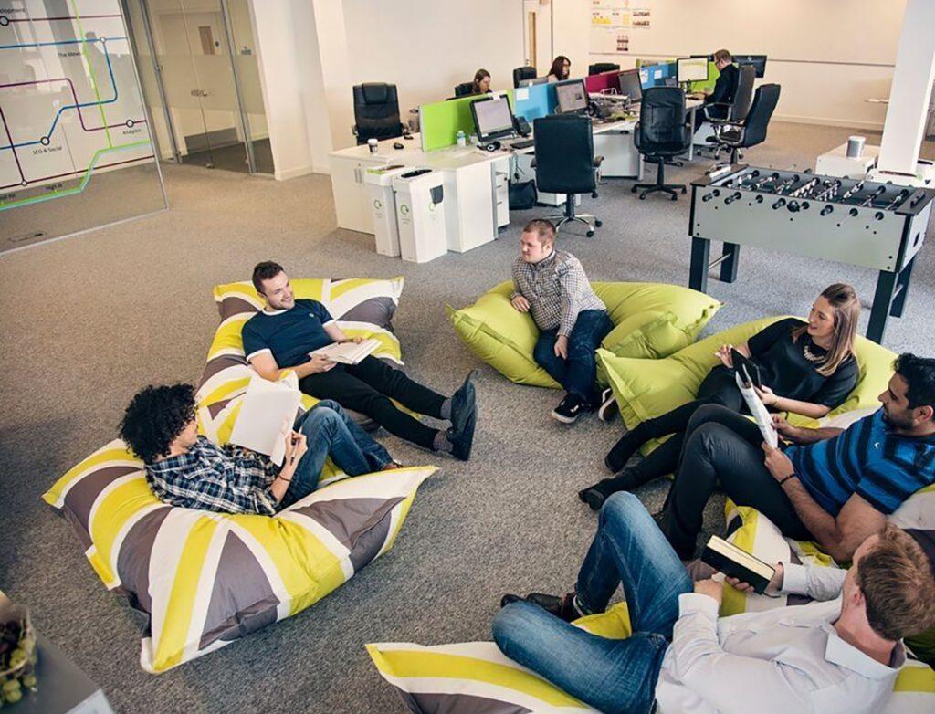 Thiết kế nội thất văn phòng vui nhộn với ghế lười