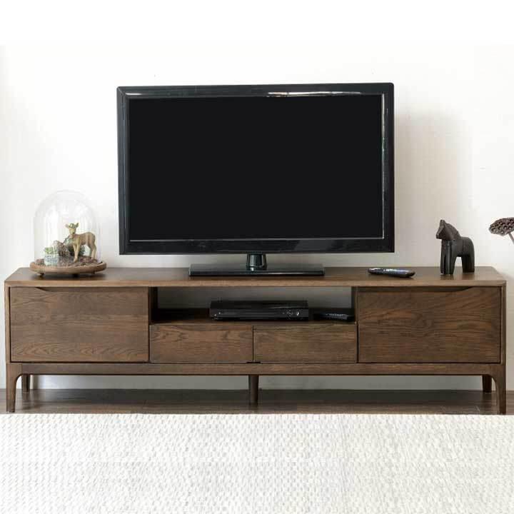 Kệ tivi gỗ sồi tự nhiên với kiểu dáng thanh lịch, chất liệu thân thiện với người dùng