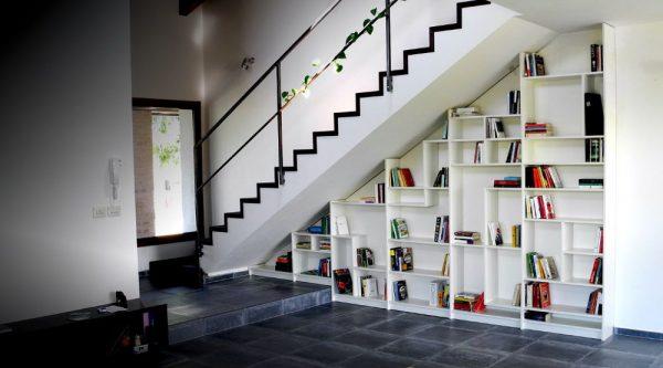 Thiết kế kệ sách dưới gầm cầu thang ấn tượng